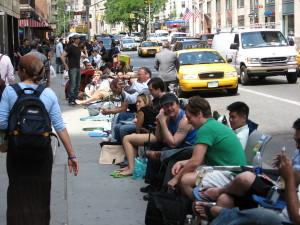 Schlange vor den Apple Stores zum Verkaufsstart des iPhones