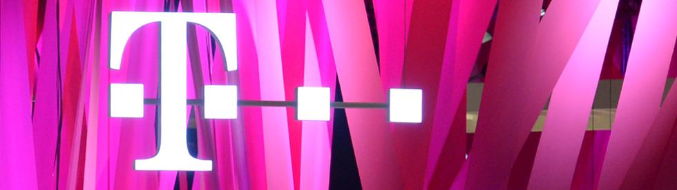 Besucher informieren sich am 10.09.2013 auf einem Stand des Unternehmens Deutsche Telekom AG auf der Internationalen Funkausstellung (IFA) in Berlin. Die Internationale Funkausstellung (IFA) endet am 11.09.2013. Foto: Rainer Jensen/dpa +++(c) dpa - Bildfunk+++