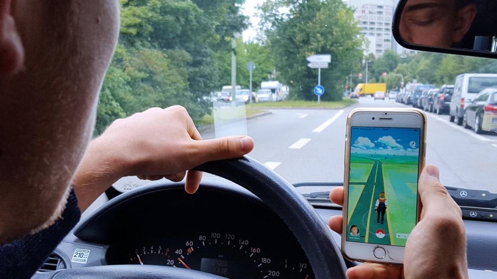 Pokémon Go - kein Spiel für den Straßenverkehr / ADAC warnt vor der Gefahr durch Ablenkung bei neuem Handyspiel / Eltern sollten Spiel mit Kindern ausprobieren
