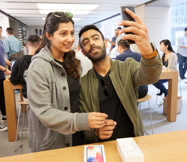 iPhoneX-Launch-GeorgeStreet-Sydney_front-facing-selfie_20171102