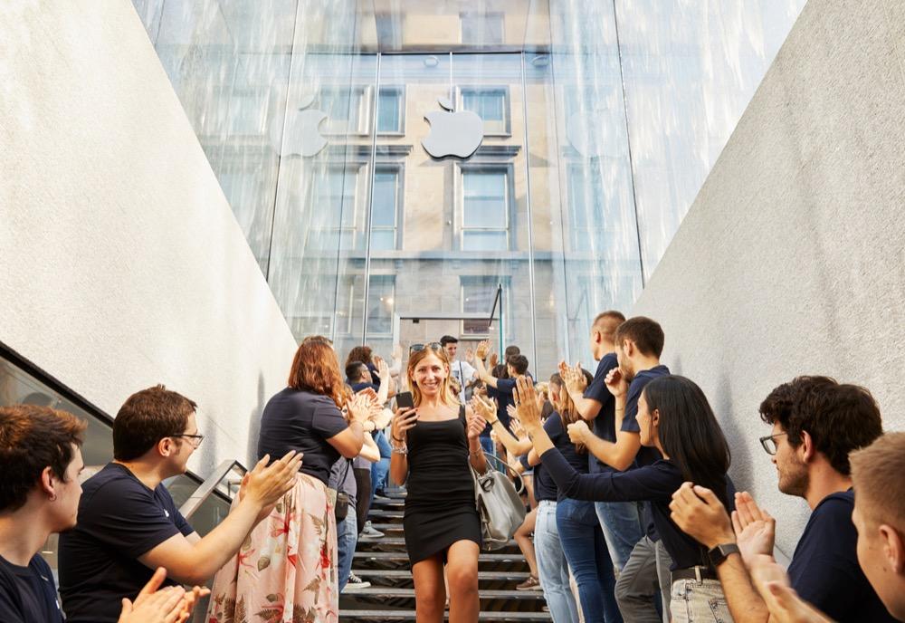 Apple-Milan-Piazza-Liberty_glass-fountain-staircase_07262018