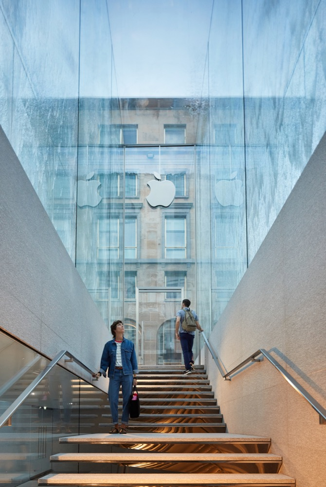 Apple-Piazza-Liberty_staircase_07242018