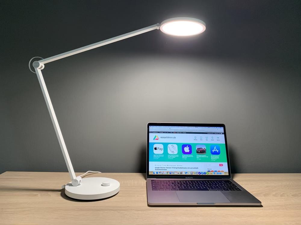 Xiaomi Desk Lamp Pro mit MacBook auf www.appgefahren.de