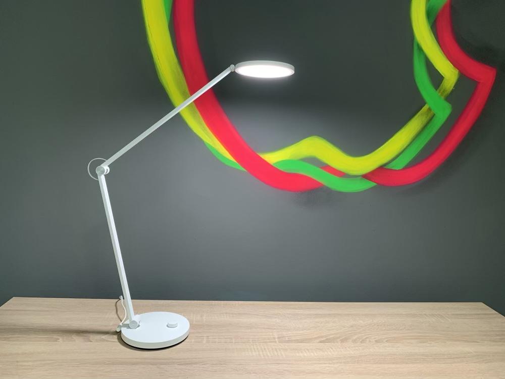 Xiaomi Desk Lamp Pro auf dem Schreibtisch