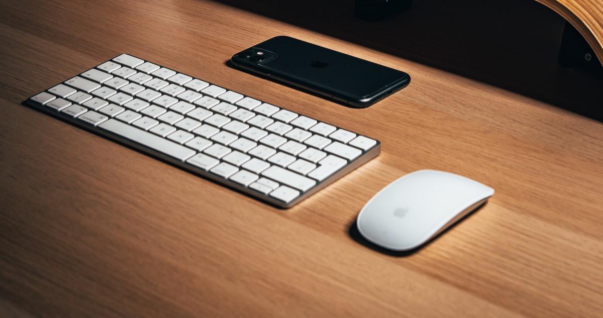 Apple Magic Mouse 2 auf dem Schreibtisch